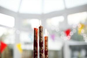 Brennende Kerzen für das Fest