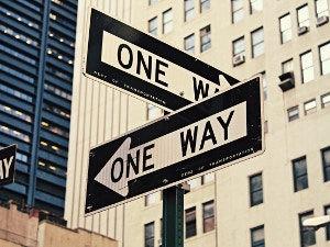 Straßenschilder für Einbahnstraßen in New York, USA