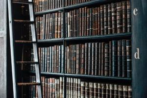 Rechtsübersetzung: Regal mit antiquarischen Büchern
