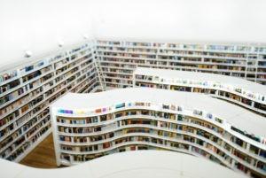 Übersetzung für Geisteswissenschaften: Bilbliothek mit Bücherregalen